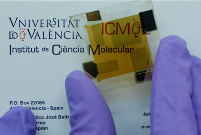 Low cost thin film photovoltaic device with high energy efficiency