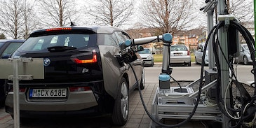 Robot controlled rapid charging system for electric vehicles